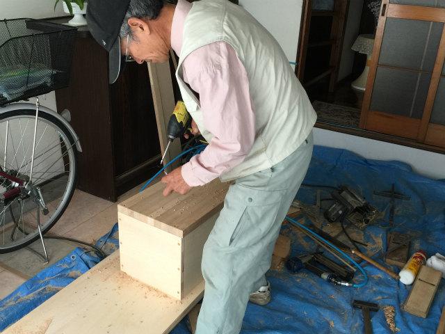 段差解消ステップを造る大工