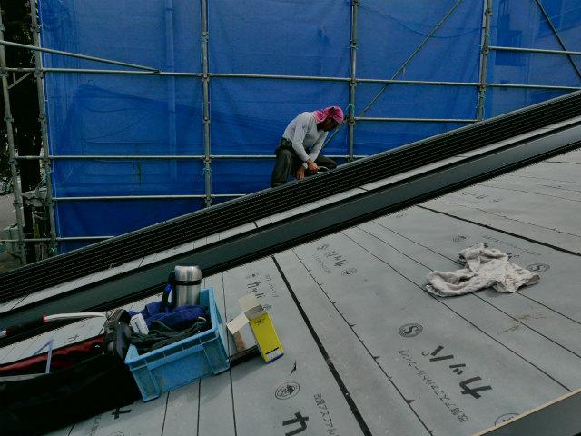 ガルバリウム鋼板屋根施工中