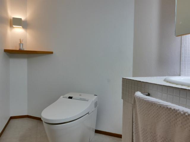 実演トイレの珪藻土塗り壁に飛び散ったオシッコの黄ばみ汚れを簡単に