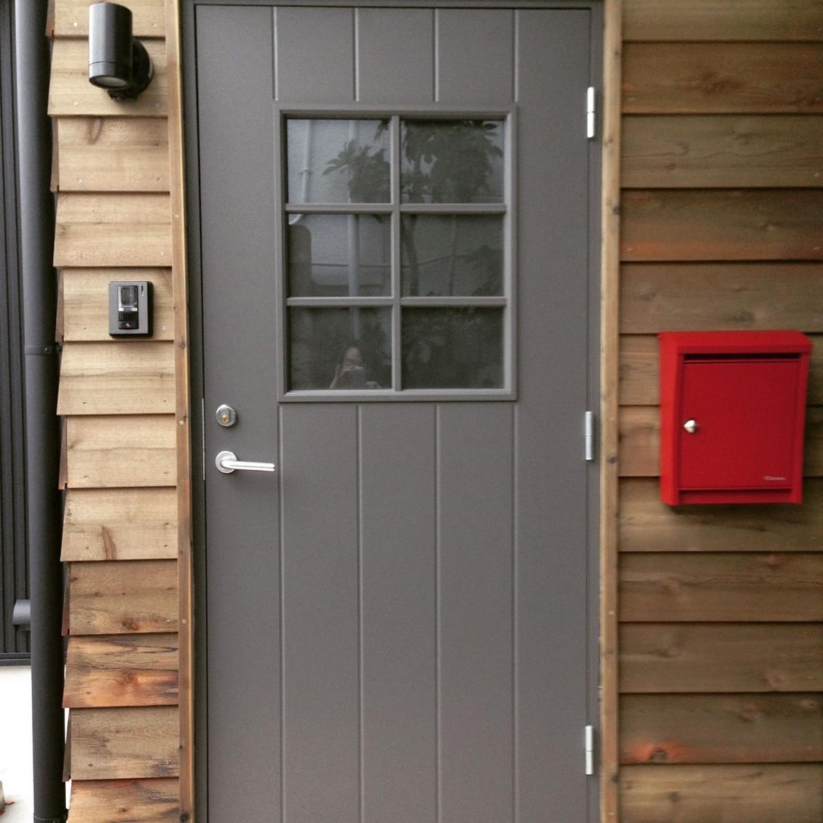 SI-houseの玄関廻り。性能とデザインを両立させた。